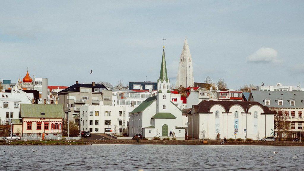 En vy över vattnet och Reykjavik.