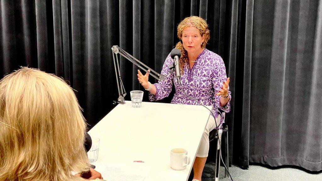 Cilla Benkö talar i mikrofonen under poddinspelningen.