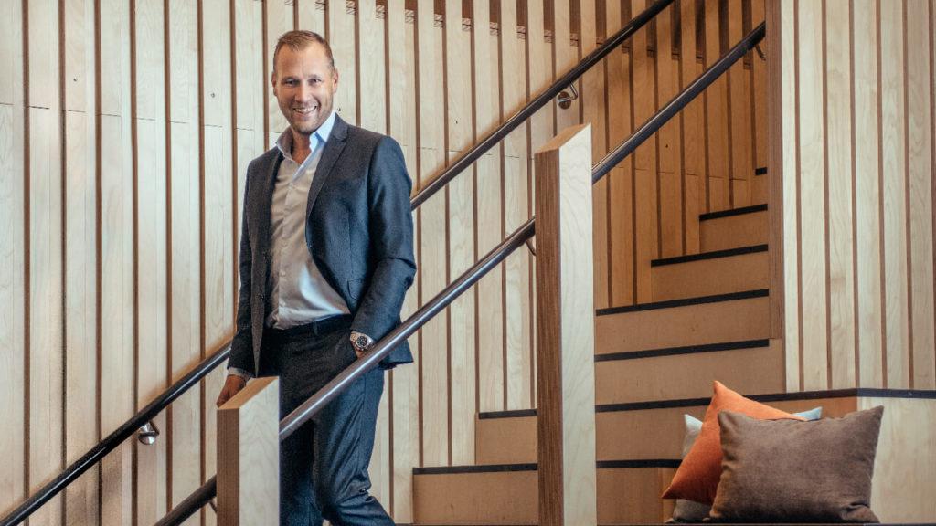 Fotografi av Viktor Svensson son står i en trappa.