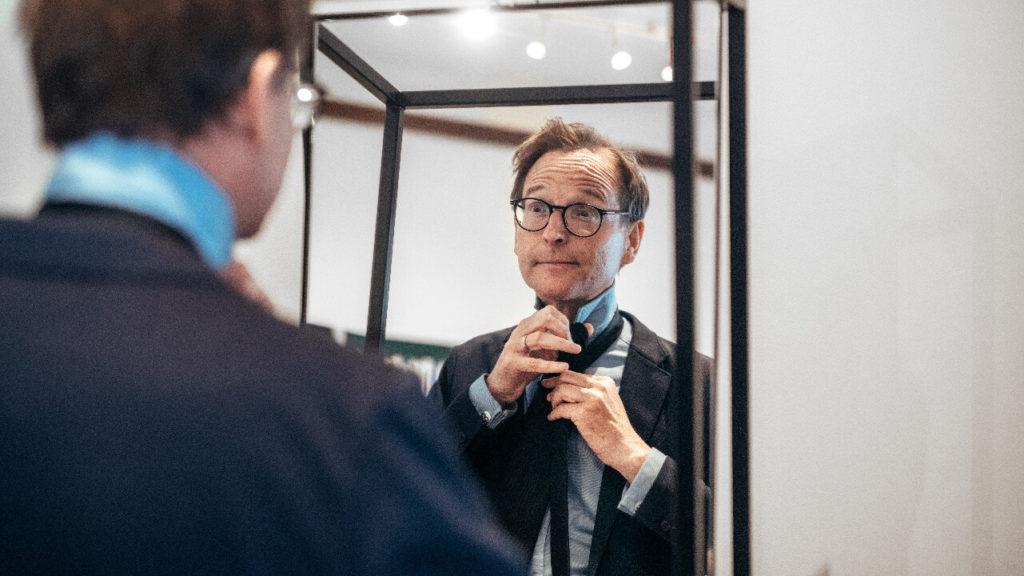 Lars Strannegård rättar till sin slips.