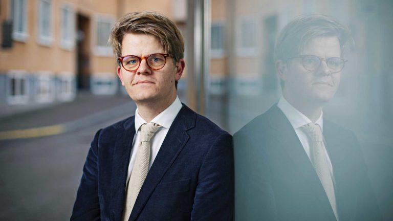Per Grankvist klädd i kavaj och slips.