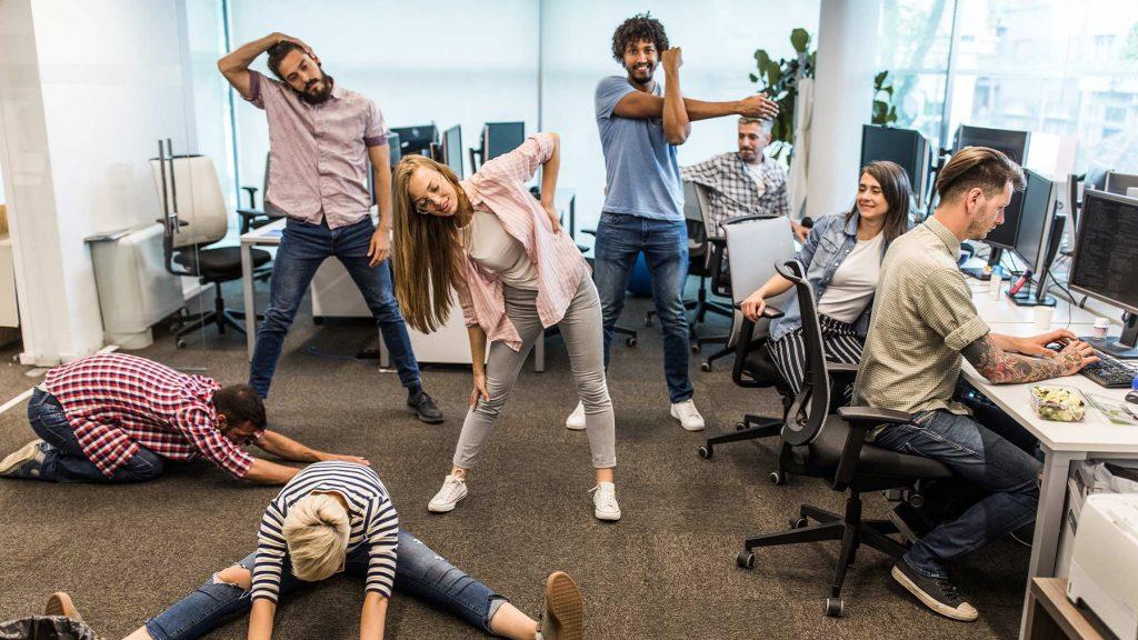 En grupp yngre medarbetare tränar på kontoret.