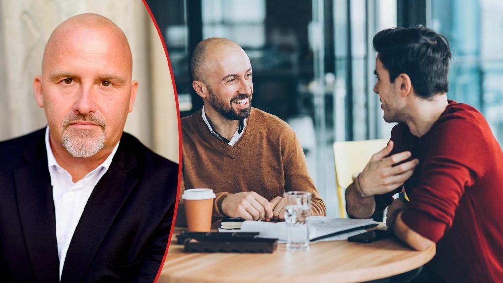 Anders Sjöberg till vänster. Bild på två män som samtalar till höger.